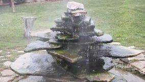 Thermalwasser, das über Felsen fließt stock video