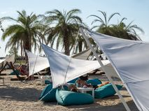 Therme Balotesti -人relaximg -吊床和unbrellas 免版税库存照片