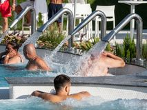 Therme Balotesti - gente en piscina fotos de archivo libres de regalías