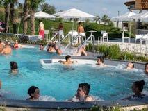 Therme Balotesti - mensen in pool stock afbeeldingen