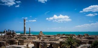 Thermes Antonin de Carthage com oceano e céu Imagens de Stock Royalty Free