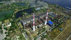Thermisch elektrische centralecomplex met hoge schoorstenen stock footage