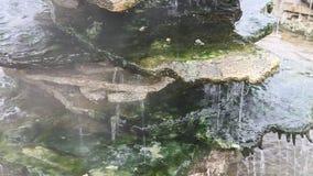 Thermisch water die over rotsen stromen Stock Afbeeldingen