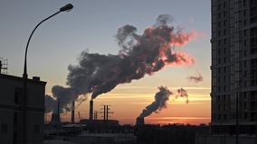 Thermische elektrische centrale Schoorsteenrook Industrieel district stock videobeelden
