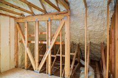 thermische en hidroisolatie met nevelschuim bij huisbouw stock fotografie