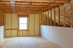 thermische en hidroisolatie met nevelschuim bij huisbouw stock afbeelding