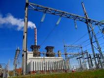 Thermische krachtcentrale, en het hoogspanningsnet Stock Fotografie