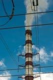 Thermische krachtcentrales en machtslijnen Distributie elektrisch hulpkantoor stock foto's