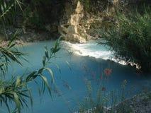 Thermische rivier in de bergen stock afbeeldingen