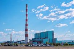 Thermische water-macht installatie tegen de blauwe hemel Stock Afbeelding