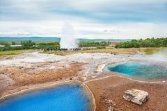 Thermischer See Blesi und Eruption von Strokkur Geysir Lizenzfreie Stockfotos