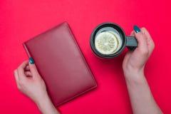 Thermo Becher mit Tee lizenzfreies stockbild