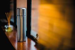 Thermo Flasche in der Küche mit Dekoration Lizenzfreies Stockbild