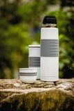 Thermo Flasche in im Freien mit Dekoration Stockfotografie