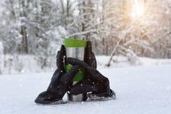 Thermo Schale und Handschuhumarmung stockfoto
