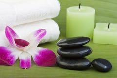 Thermo-Therapie Steine mit Orchideen (1) Lizenzfreie Stockbilder