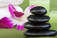 Thermo-Therapie Steine mit Orchideen (2) Stockfotos