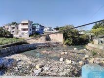 Thermocol-Verschmutzung Beachten Sie das grüne Wasser Ölverschmutzung Flussverseuchung Naturverschmutzung Windverschmutzung Salzv lizenzfreies stockfoto