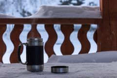 Thermocup i kallt vinterväder på farstubron royaltyfri bild
