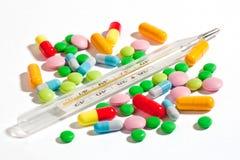 Thermomètre avec des médicaments Images libres de droits