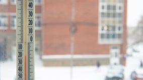 Thermomètre avec une température négative en dehors de la fenêtre clips vidéos