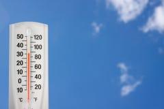 Thermomètre contre un ciel bleu Image libre de droits