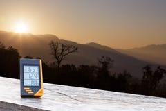 Thermomètre d'affichage numérique avec la montagne et la lumière du soleil Photo libre de droits