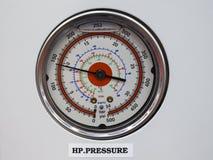 Thermomètre d'indicateur de pression à l'envers la PA de commandes système d'osmose Photo libre de droits