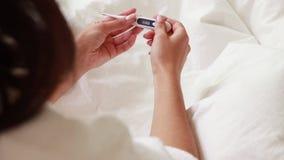 Thermomètre dans la main d'une femme sur le fond Mesure de la température par le thermomètre Mesure de la temp?rature banque de vidéos