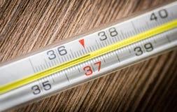 Thermomètre 37 de médecine de Mercury Images libres de droits