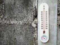 Thermomètre de plan rapproché montrant la température dans les degrés Celsius Image stock