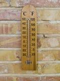 Thermomètre en bois images libres de droits
