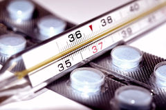 Thermomètre et fond médical de drogues Images libres de droits