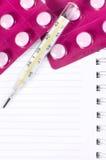 Thermomètre et pilules Photo libre de droits