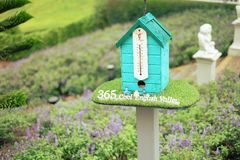 Thermomètre et pluie de petite maison Photos stock