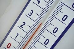 Thermomètre extérieur avec la rétro conception montrant la haute température de trente degrés de Celsius Photos libres de droits