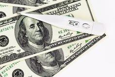 Thermomètre sur des dollars affichant des riches Photos libres de droits
