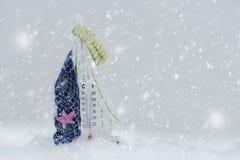 Thermomètre sur la neige en hiver photographie stock libre de droits