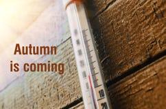 Thermomètre sur le vieux mur en bois, concept de temps frais d'automne Photo libre de droits