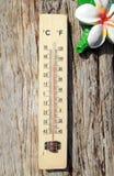 Thermometer auf der hölzernen Wand lizenzfreie stockfotos