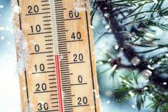 Thermometer auf Schnee zeigt niedrige Temperaturen in Celsius oder im farenheit lizenzfreie stockbilder