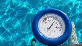 Thermometer in de pool stock videobeelden