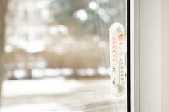 Thermometer, der auf der Außenseite eines Fensters zeigt sieben Grad Celsius sitzt Lizenzfreies Stockbild
