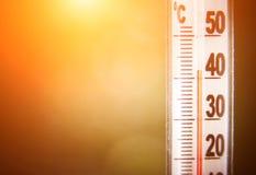 Thermometer, der für hohe Temperatur darstellt stockfotografie