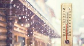 Thermometer, der 5 Grad Celsius oder 40 Fahrenheit, im Th anzeigt stockfotos