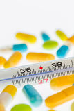 Thermometer en tabletten Royalty-vrije Stock Afbeeldingen
