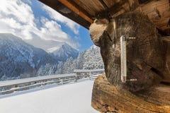Thermometer im Freien, der minus der Grad Celsius während kalter wi darstellt Lizenzfreies Stockfoto