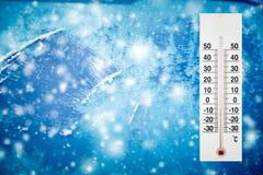 Thermometer oder meteorologischer Indikator im Winter nahe den niedrigen Temperaturen der Autoshows lizenzfreie stockfotos