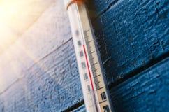 Thermometer op de oude houten muur, concept heet weer stock foto