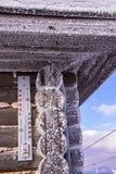 Thermometer op de snow-capped bovenkant van een skitoevlucht royalty-vrije stock afbeelding